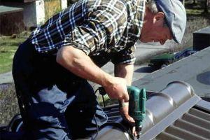 Как крепить конек на металлочерепицу — подробная инструкция