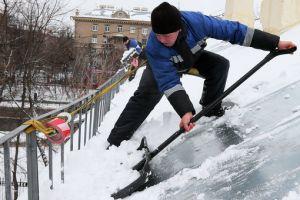 Как выполняется очистка кровли от снега, наледи и сосулек?